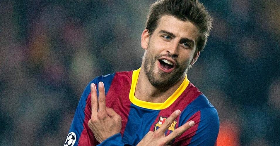 Pique comemora gol do Barcelona contra o Shakhtar Donetsk fazendo 2 e 2 com os dedos em homenagem à cantora Shakira, em Barcelona (6/4). Os números simbolizam o dia 2 de fevereiro, dia do aniversário de Pique e de Shakira