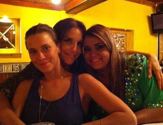 Da esquerda para a direita, Carolina Dieckmann, Ivete Sangalo e Preta Gil jantam no Rio (10/4/2011)