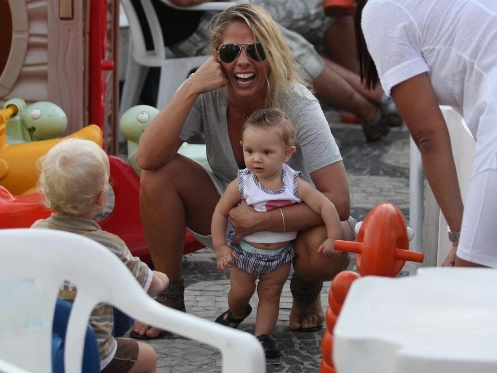 Adriane Galisteu brinca com o filho Vittorio no Leblon, na zona sul do Rio de Janeiro (13/4/11)