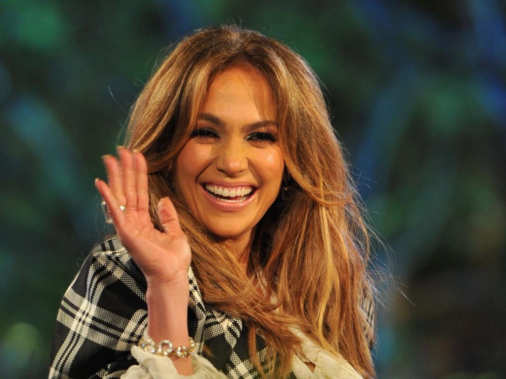 Jennifer Lopez acena para fãs na gravação do programa