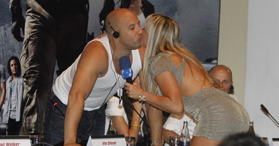 Juju Panicat dá selinho em Vin Diesel na coletiva de imprensa do filme