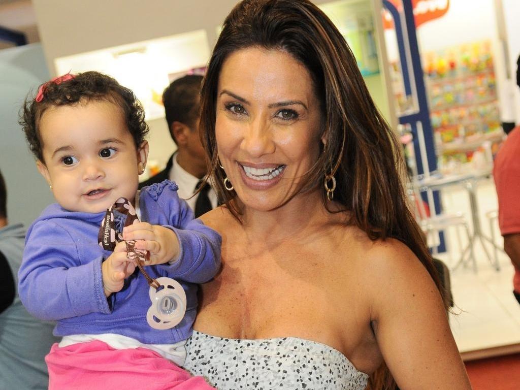 A dançarina Scheila Carvalho, ex-morena do É o Tchan, leva a filha Giulia, de quase 10 meses, à feira brasileira de brinquedos, em São Paulo (13/4)