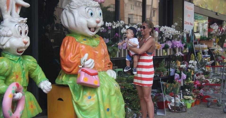 Adriane Galisteu passeia com Vittorio pelo Leblon e os dois observam um coelho gigante (14/4/11)