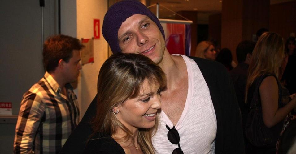 O casal Sheila Mello e Fernando Scherer prestigia a pré-estreia da peça