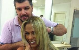 Adriane Galisteu posa com Ton Reis depois de mudar os cabelos (15/4/11)