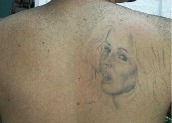 Lucas Ribeiro Maciel diz que é fã de Deborah Secco desde que tinha 11 anos de idade, e tatuou em 2005 o rosto da atriz em suas costas