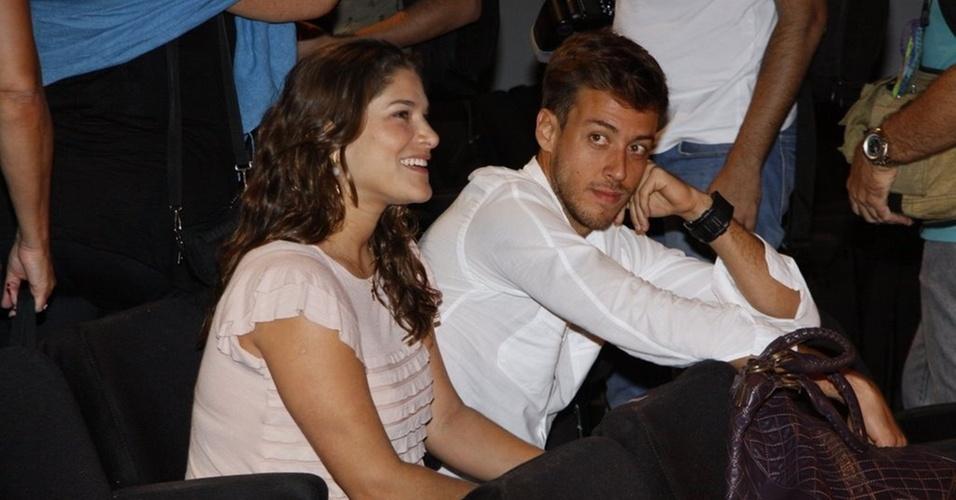 Ao lado do namorado, Priscila Fantin confere a estreia da peça
