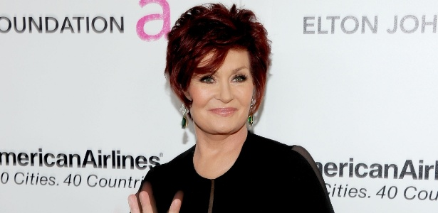 Sharon Osbourne acena no tapete vermelho do 19th Annual Elton John AIDS Foundation Academy Awards Viewing Party em West Hollywood (27/2/2011)