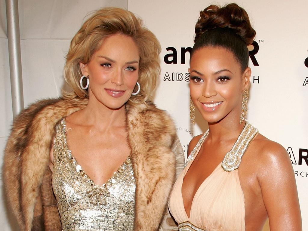 Sharon Stone e Beyoncé Knowles no baile de gala da AmFAR em Nova York (31/1/2007)