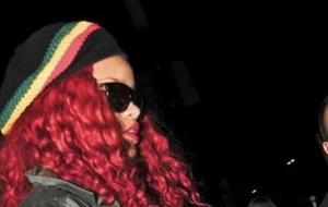 A cantora Rihanna é flagrada ao sair de concerto portando porta moedas com o símbolo da folha cannabis (21/4/11)