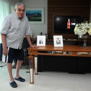 Em seu apartamento na Barra da Tijuca, no Rio, Chico Anysio dá primeiros passos após período de internação (27/4/2011)