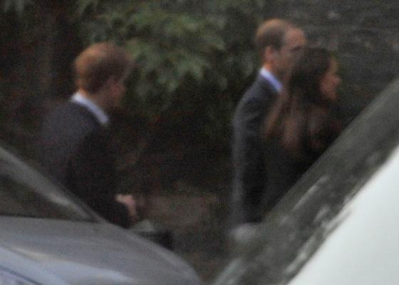 Príncipes Harry (esq.) e William (ao centro), e Kate Middleton são fotografados chegando a abadia de Westminster para um ensaio do casamento (27/4/2011)