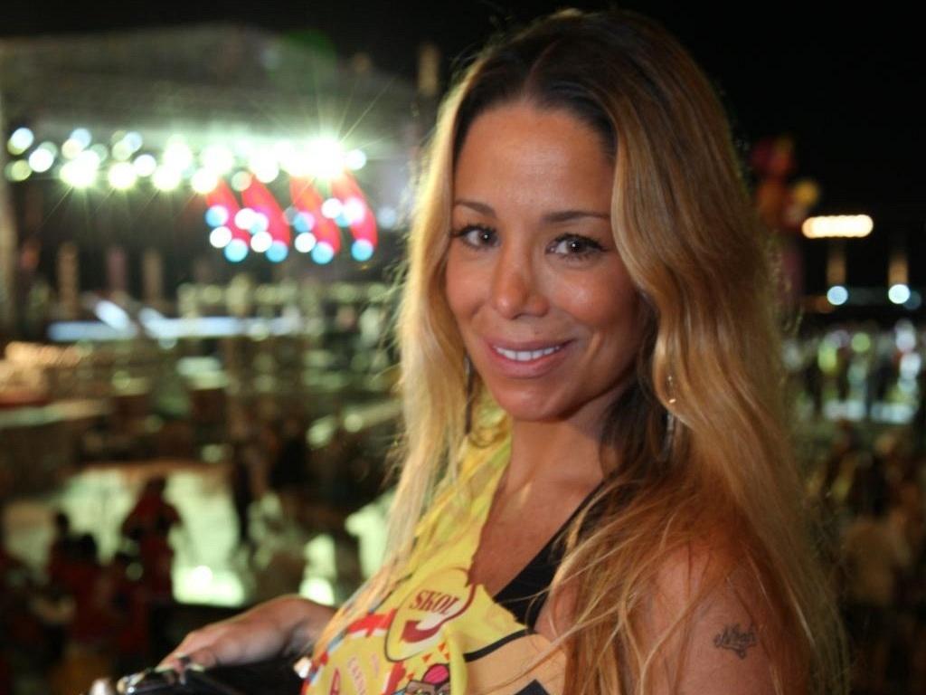 Danielle Winits vai à festa de camarote no Rio de Janeiro (2/3/11)