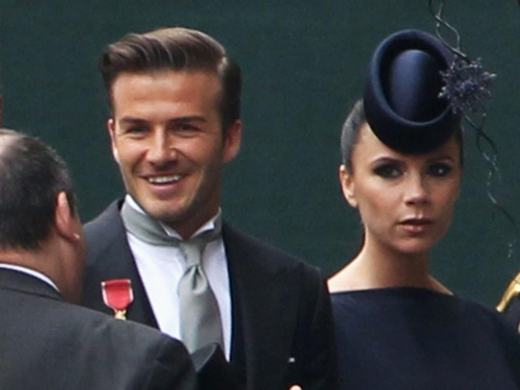 O casal David e Victoria Beckham em frente à Abadia de Westminster. Os dois estão entre as poucas celebridades convidadas para a cerimônia (29/4/11)