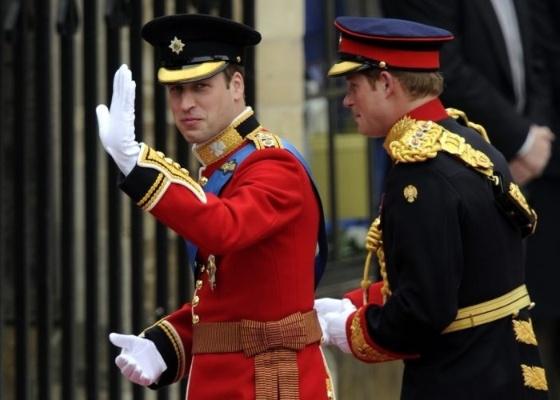 O noivo, príncipe William, chega para o seu casamento com Kate Middleton ao lado de seu irmão, o príncipe Harry (29/4/11)