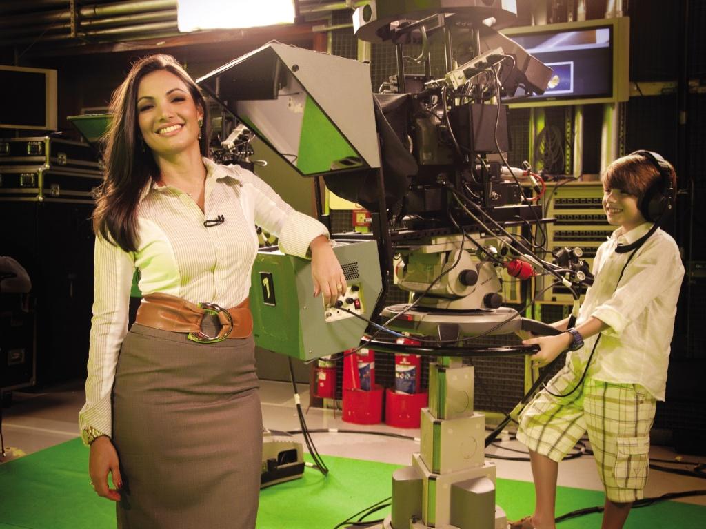 Patrícia Poeta leva o filho Felipe para os estúdios da Globo, no Rio (maio/2011)