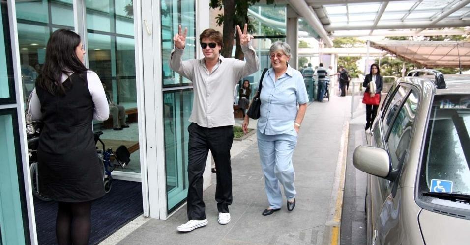Fábio Assunção e sogra vão ao hospital Albert Einstein, em São Paulo (9/5/2011)