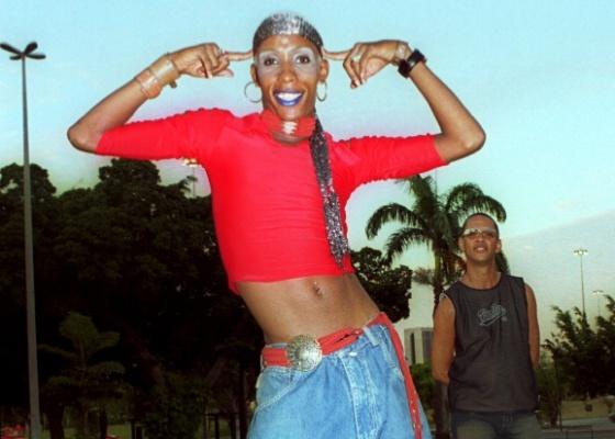 """Lacraia, dançarina do funk """"Éguinha Pocotó"""", na Glória, no Rio de Janeiro (7/1/2003). Do lado direito ao fundo, MC Serginho"""