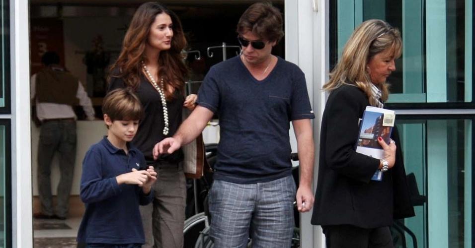 Priscila Borgonovi, o filho João e Fábio Assunção em maternidade de São Paulo (10/5/11)