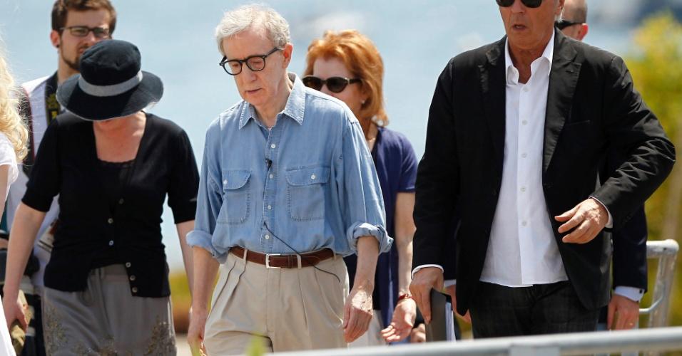 O diretor Woody Allen (ao centro) chega para sessão de fotos de divulgação de seu filme