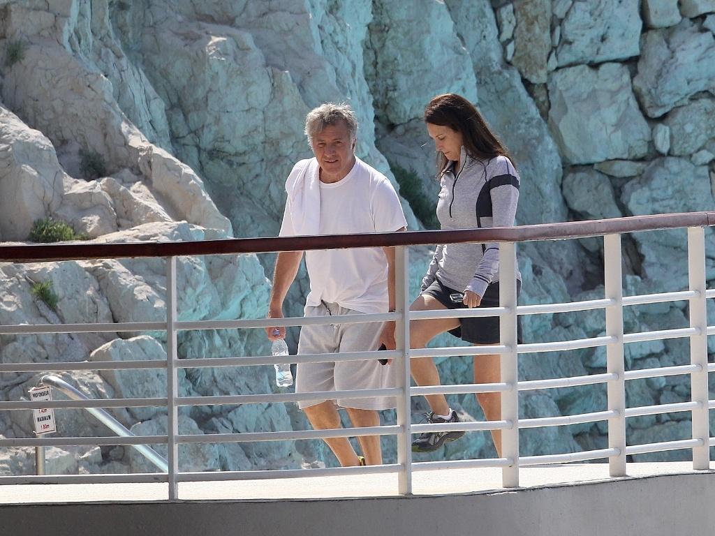 Dustin Hoffman passeia com sua mulher, Lisa Hoffman, pelo Hotel Eden Roc-Cannes, onde está para o Festival Internacional de Cinema de Cannes, na França (11/5/11)