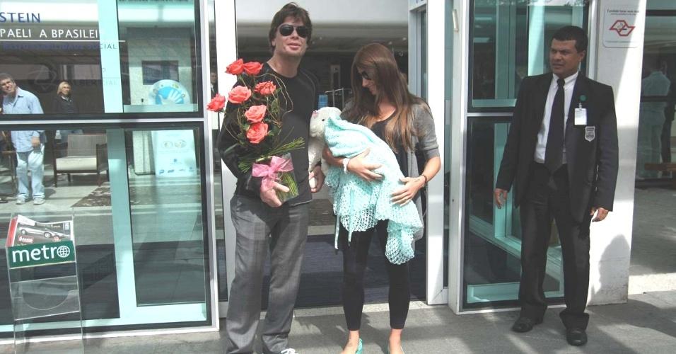 Fábio Assunção deixa o Hospital Albert Einstein com a mulher, Karina Tavares, e a filha, Ella Felipa (12/5/11)