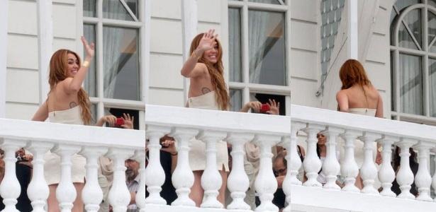 Da sacada do Copacabana Palace, Miley Cyrus acena para os fãs (13/5/2011)