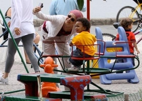 Drica Moraes brinca com o filho na Lagoa Rodrigo de Freitas, na zona sul do Rio (7/9/2010)