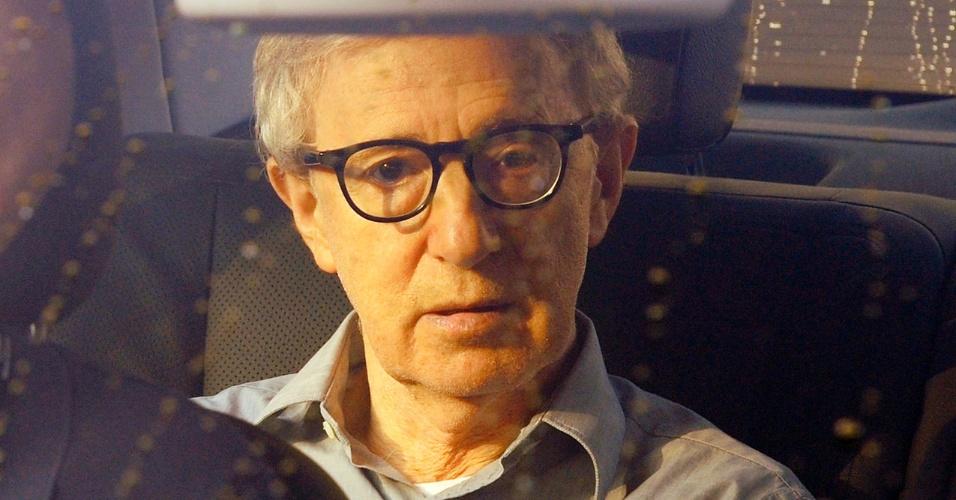O diretor Woody Allen é fotografado saindo de carro do hotel Martinez, em Cannes (14/5/2011)