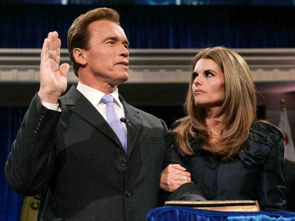 Acompanhado de Maria Shriver, Arnold Schwarzenegger faz juramento ao ser empossado para um segundo mandato no Memorial Auditorium, em Sacramento (5/1/2007)