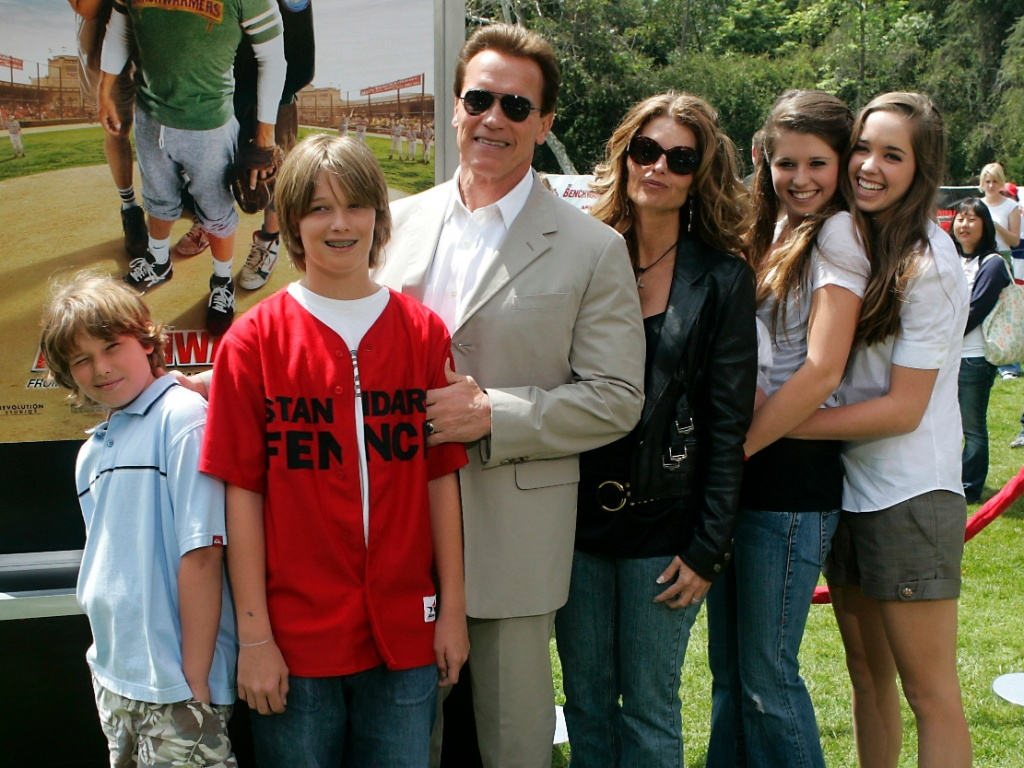 Arnold Schwarzenegger e Maria Shriver (ao centro) e os filhos (da esquerda para a direita): Christopher, Patrick, Katherine e Christina, na première de