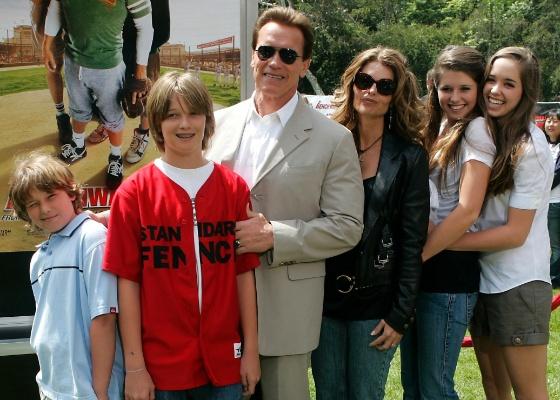 Arnold Schwarzenegger e Maria Shriver (ao centro) e os filhos (da esquerda para a direita): Christopher, Patrick, Katherine e Christina, na première de Os Esquenta-Banco em Los Angeles (2/4/2006)