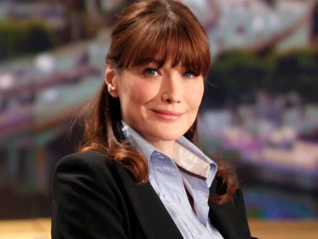 Carla Bruni antes do início de uma entrevista no canal TF1, em Paris (16/5/2011)
