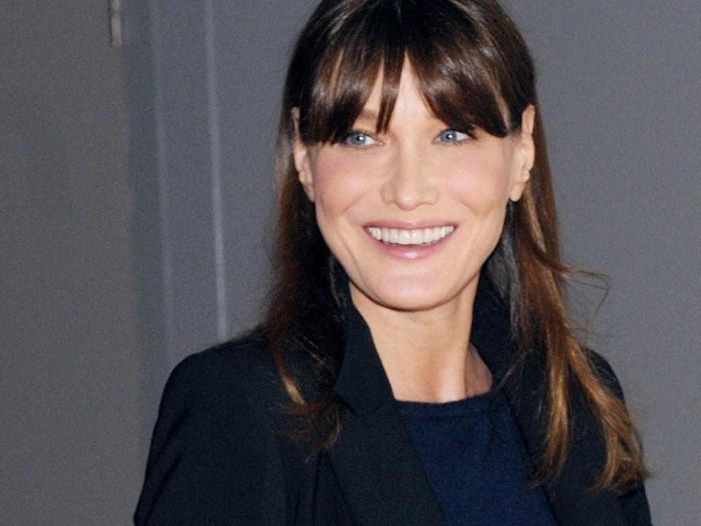 Primeira-dama, Carla Bruni, não confirma gravidez, mas exibe
