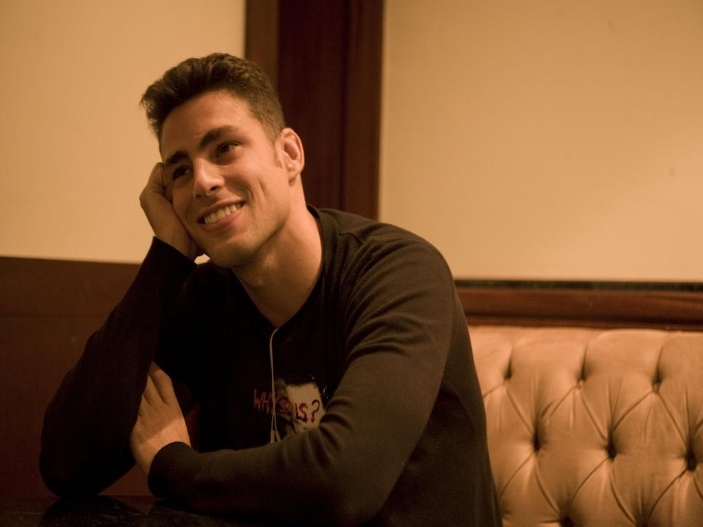 Cauã Reymond sentado no lobby do L'Hotel, onde está hospedado para filmar o longa