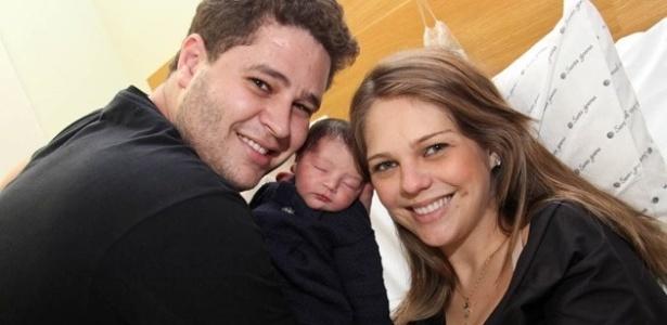 Pedro Leonardo e Thaís Gebelein com a filha Maria Sophia