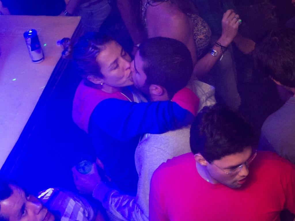 Luana Piovani vai com o namorado Pedro Viana à boate Taj Lounge na zona oeste do Rio (19/5/2011)