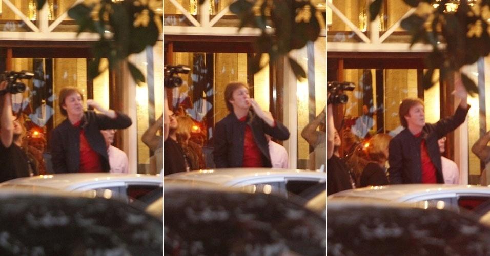 Paul McCartney deixa Copacabana Palace para fazer passagem de som e acena para os fãs (21/5/11)