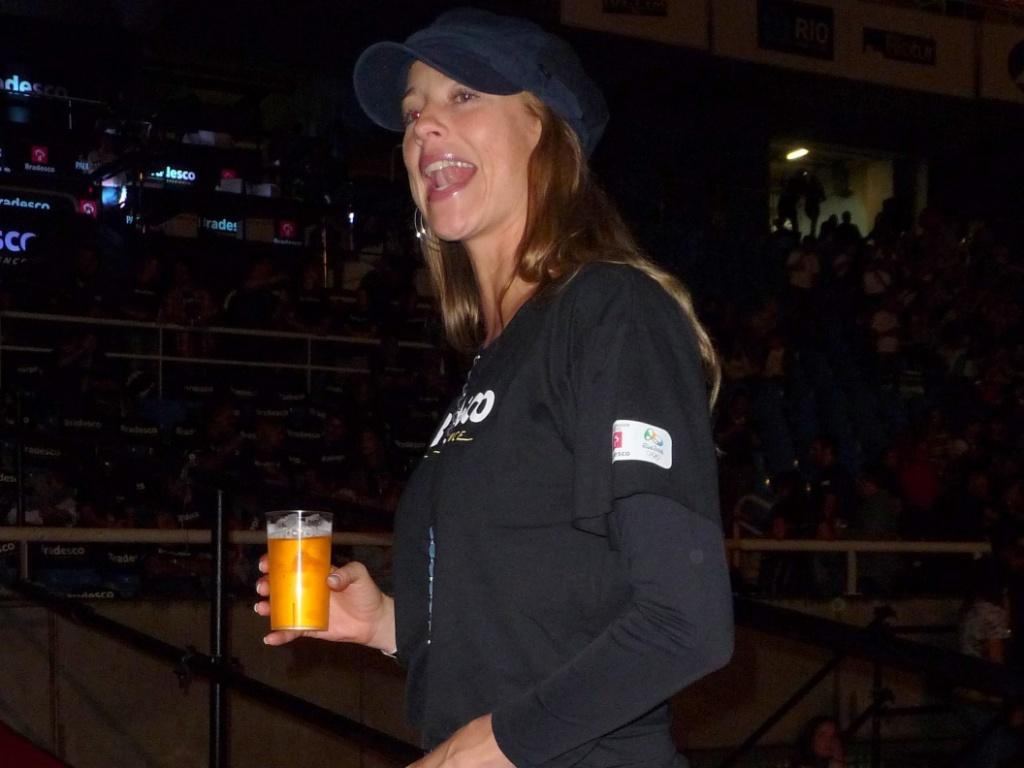 A atriz Luana Piovani bebe uma cerveja durante o show de Paul McCartney no Estádio João Havelange, no Rio de Janeiro (22/5/2011)