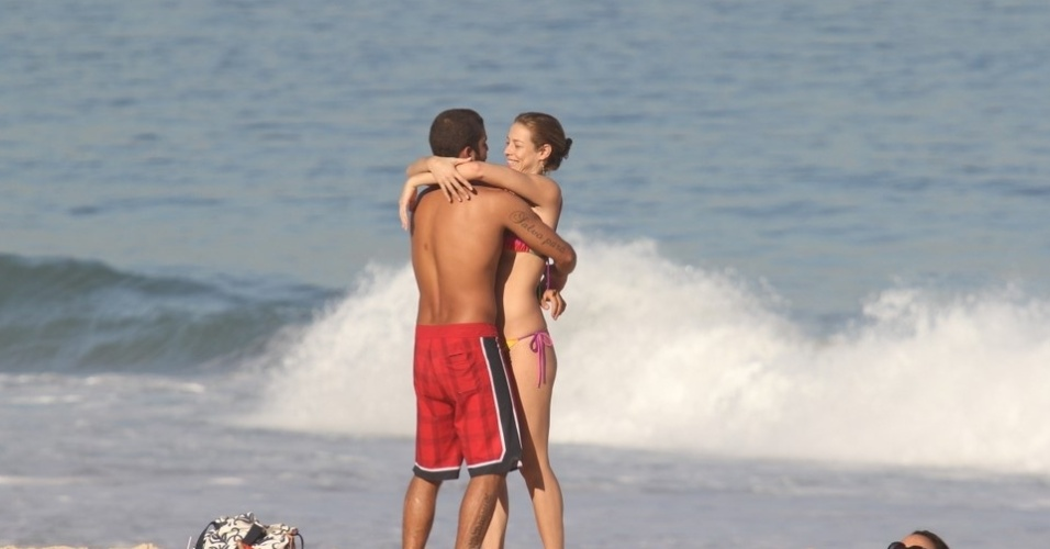 Luana Piovani aproveita a segunda-feira para namorar na praia do Leblon (23/5/11)