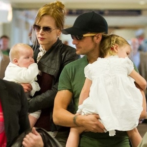 A atriz Nicole Kidman é fotografada ao lado do marido, o cantor Keith Urban, e as filhas Sunday Rose e Faith Margareth, momentos antes de embarcar em voo, no Tom Bradley Terminal, em Los Angeles, na California (24/5/2011