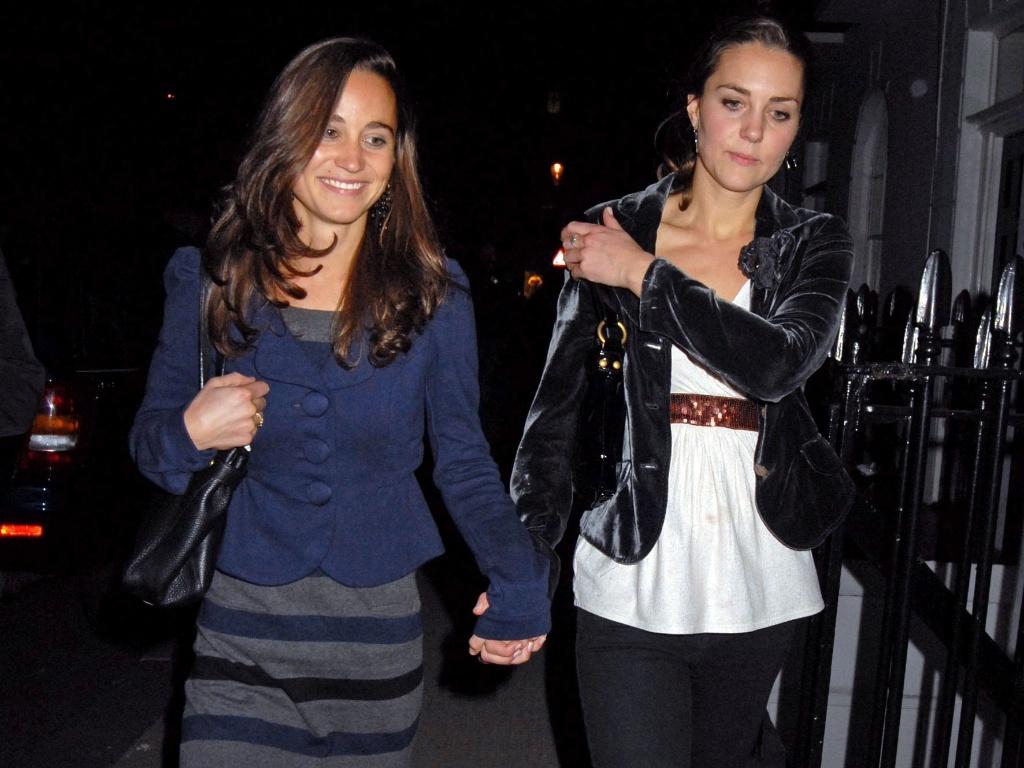 Pippa e Kate Middleton deixam clube noturno em Londres pela porta de trás (17/10/2007)