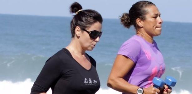 Giovanna Antonelli corre com sua personal trainer na orla da Barra da Tijuca (30/5/11)