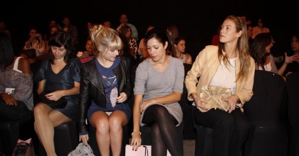 A atriz Vitória Frate (segunda à esq.) foi ao primeiro dia de desfiles do Fashion Rio e acabou deixando a calcinha à mostra; Luana Piovani (última à dir.) acompanhou a amiga ao evento (30/5/11)