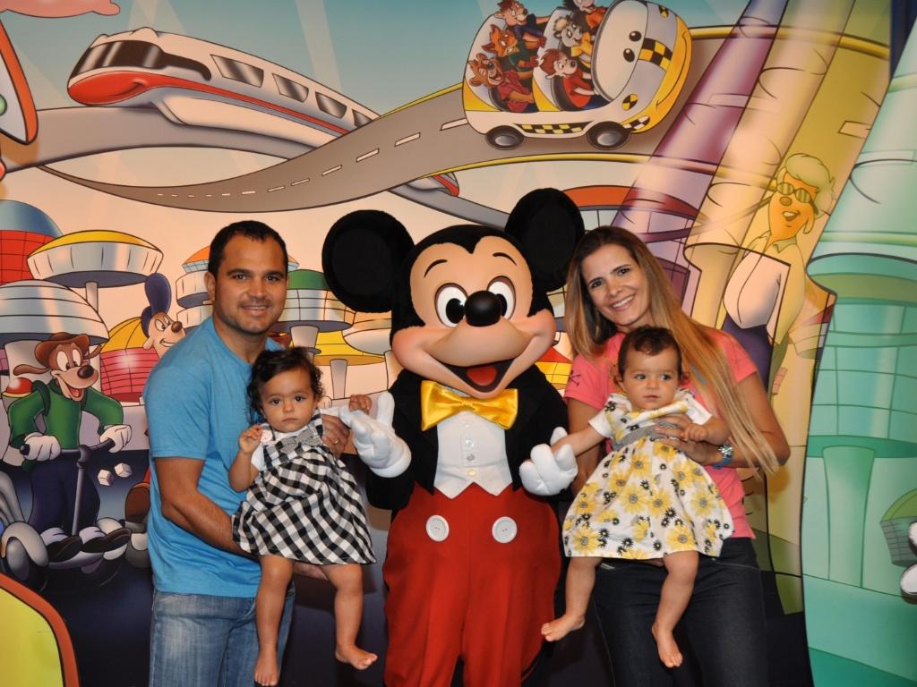 O cantor Luciano posa com a mulher, Flávia Fonseca, as gêmeas Isabella e Helena e o Mickey Mouse na Disney (fevereiro/2011)