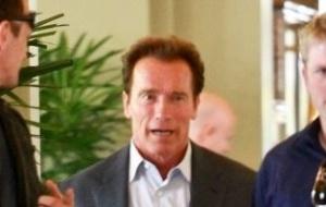 Arnold Schwarzenegger é flagrado indo para hotel sozinho, na Califórnia (1/6/11)