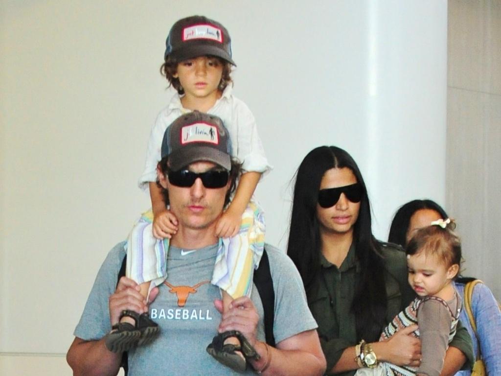 Ator Matthew McConaughey é visto ao chegar de viagem com a mulher Camila Alves e os filhos Levi e Vida em Los Angeles (1/6/11)