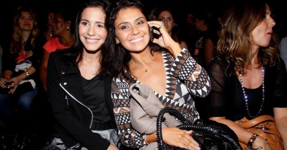 As atrizes da Globo Juliana Knust e Giovanna Antonelli assistem ao 4º dia de desfiles no Fashion Rio (3/6/11)