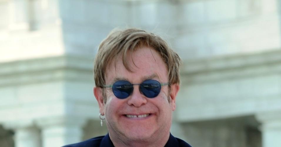 Elton John passeia com o filho, Zachary, de cinco meses, na Itália (2/6/11)