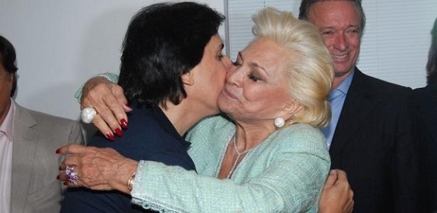 Hebe abraça Tom Cavalcante na estreia da peça do humorista em São Paulo (2/6/2011)